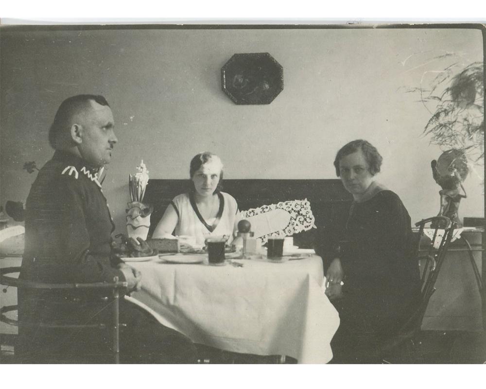 Przy stole siedzące trzy osoby: dwie kobiety oraz mężczyzna Walenty Wójcik.
